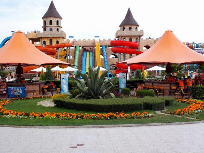 Горки начинающиеся на вершине замка. Аквапарк Аква-Парадайз. Болгария