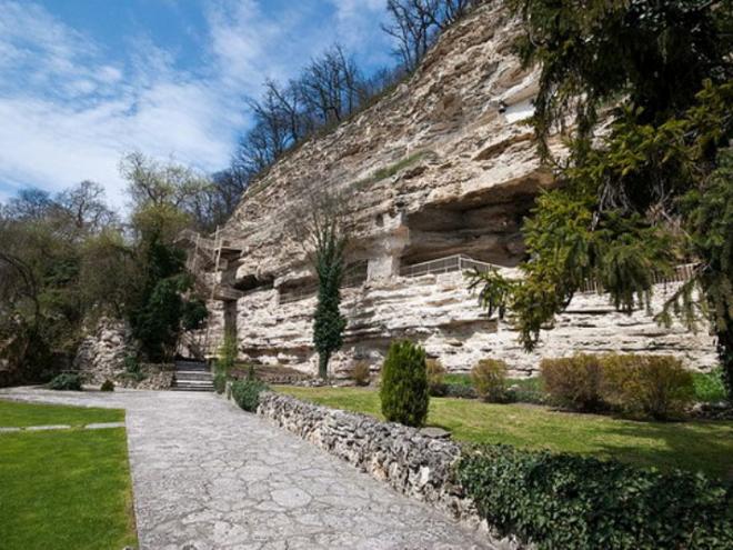 Скала у входа в Акваполис. Болгария